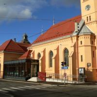 Als Zugang zu Kirche und Pfarrhaus stehen von der Heßstraße aus sowohl eine behindertengerechte Rampe als auch eine Treppe zur Verfügung