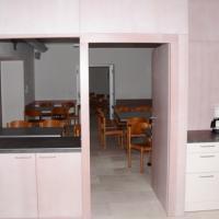 Zwischen Küche und Teestube gibt es eine Durchreiche, die mittels Falttüren geschlossen werden kann.