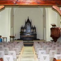 Der Altarraum wurde neu gestaltet; das Holzpodest, auf dem der Hochaltar früher stand, ist weggefallen, die Stufen zum Kirchenraum wurden, da sich auch das Bodenniveau verändert hat, völlig neu gestaltet.