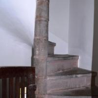 Über eine steile Wendeltreppe gelangt man vom Turmraum auf die Orgelempore; nach unten führt die Treppe in einen kleinen Kellerraum.
