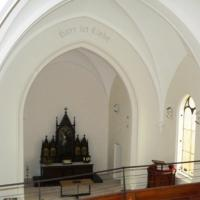 Blick von der Orgelempore in den Altarraum