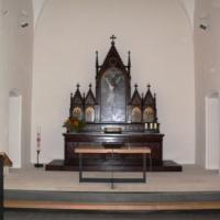 Der Altarraum ist damit größer und bietet Platz für einen Altartisch. Dieser und weitere Elemente wie das Redepult wurden in einheitlichem Design entworfen.