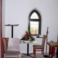 Von der Sakristei führt eine neue Metalltreppe zum Nordausgang des Gemeindesaales.