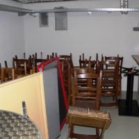 Direkt unter dem Altarraum befindet sich ein vom Gemeindesaal aus zugänglicher Kellerraum, der als Depot für Sessel etc. genutzt werden kann.