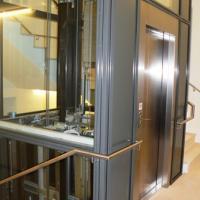 Wo früher einmal der Gemeindesaal war, ist jetzt ein neues Treppenhaus mit Lift, durch den ein barrierefreier Zugang zu allen Räumlichkeiten im Unter- und Obergeschoß gewährleistet ist.