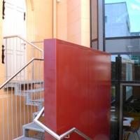 Vom Gemeindesaal aus gelangt man in einen kleinen Innenhof, von dem aus eine Treppe in die nordseitige Sakristei führt.