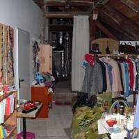 Der Plan, den Dachboden zu einer Wohnung auszubauen, wurde aus Kostengründen nicht realisiert. Um zur Kleiderkammer zu gelangen, muss man das Gebälk des Dachstuhles überqueren!