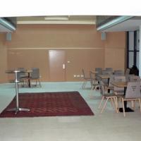 Die Teestube kann durch zwei große Schiebetüren zum Gemeindesaal hin erweitert werden. Im Gewölbebogen vor dem Gruppenraum wurde ein Abschnitt der ursprünglichen Deckenbemalung belassen. Zur Küche gibt es eine Durchreiche, die mit einer Falttüre geschlossen werden kann.