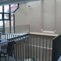 Die Galerie über dem Gemeindesaal ist der zentrale Zugang zu den Pfarramtsräumlichkeiten. Sie bietet auch die Möglichkeit, Veranstaltungen im Gemeindesaal mitzuverfolgen.