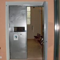 Vom Vorraum gelangt man nach rechts durch die neue Eingangstür in die Kirche.